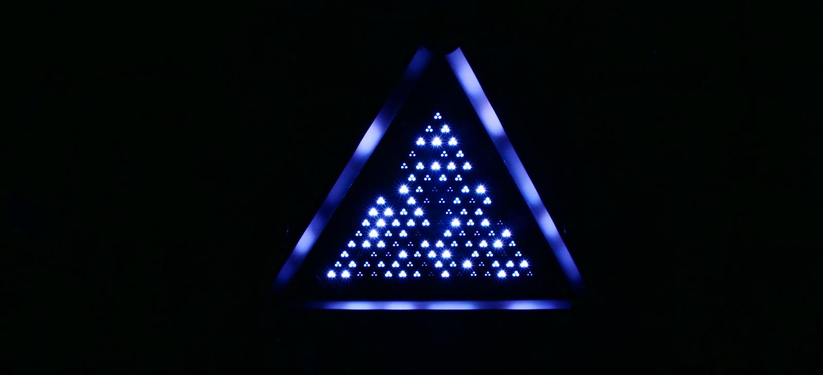 Kinetic LED Triangle Light    (1)