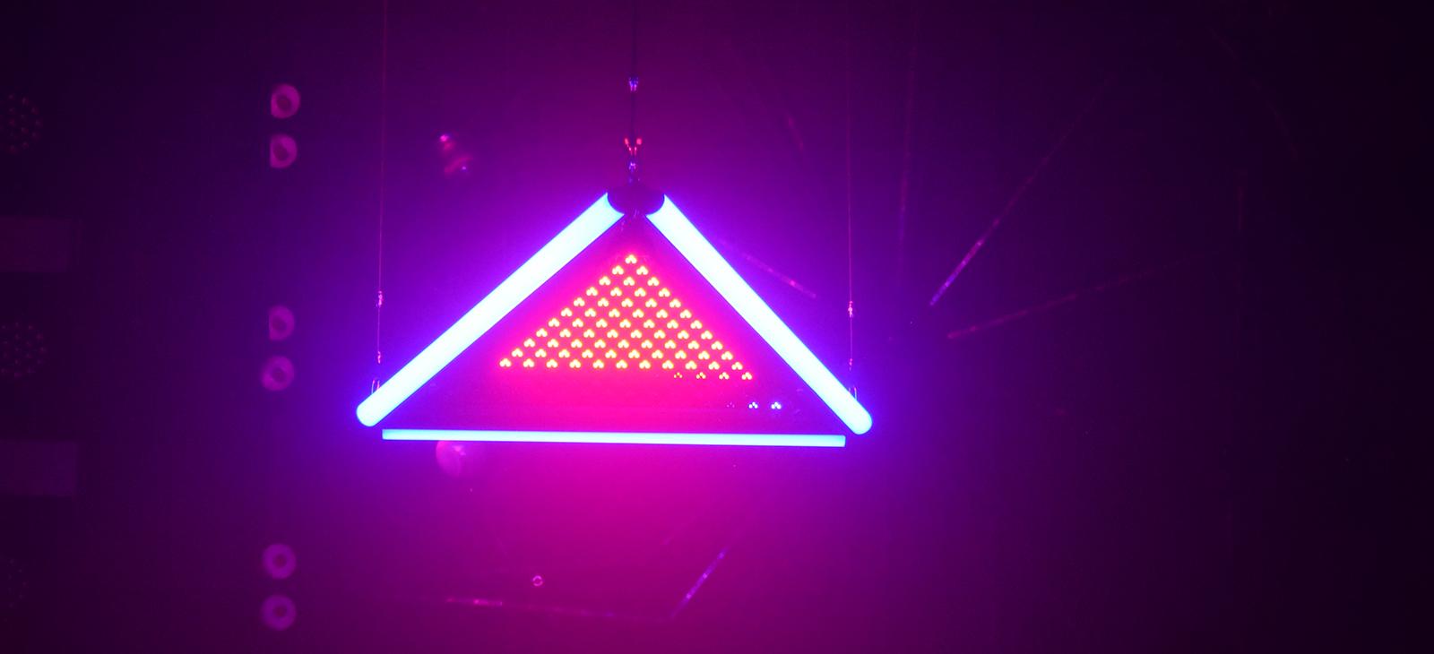 Kinetic LED Triangle Light    (5)